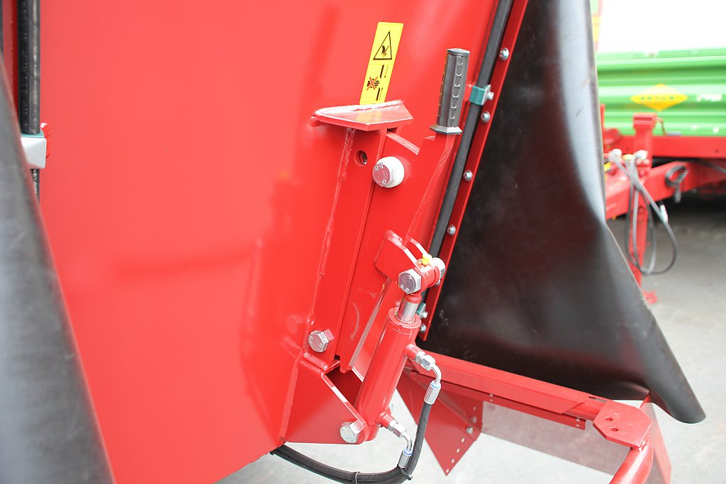 photo of the hydraulic counter cutters on the self propelled mixer wagon