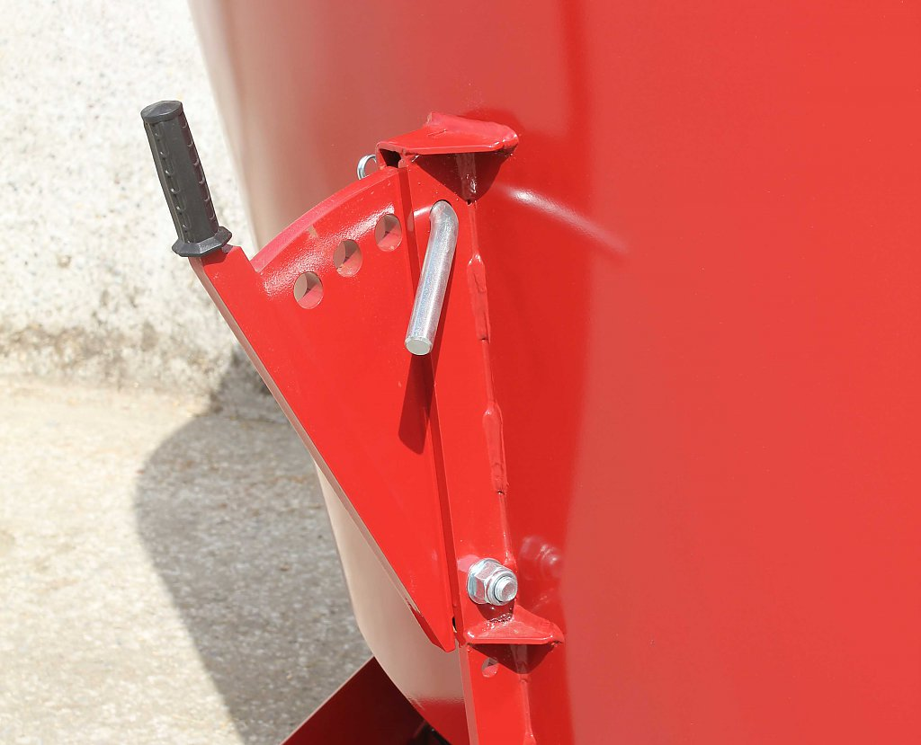 photo of the manual counter cutters on the self propelled mixer wagon